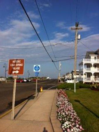 Sea Crest Inn: sidewalk in front of hotel