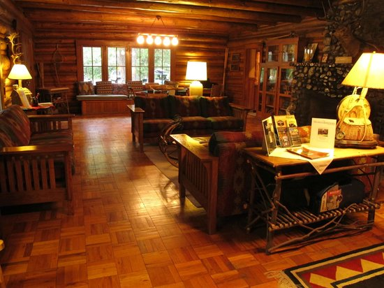 Weasku Inn: Lobby and lounge in main building