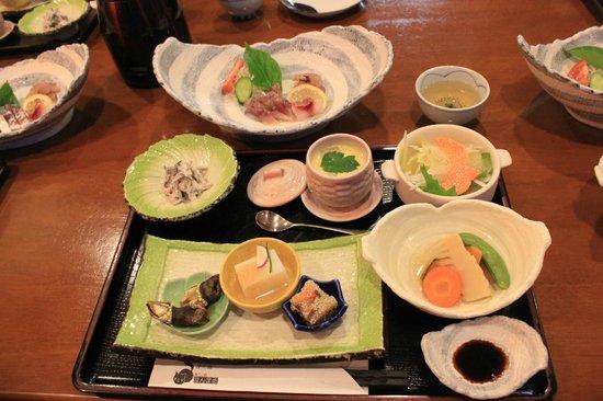 Yakushima Guesthouse Manmaru: 夕食は食べきれないほどの量
