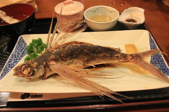Yakushima Guesthouse Manmaru: 大きなトビウオのから揚げ!