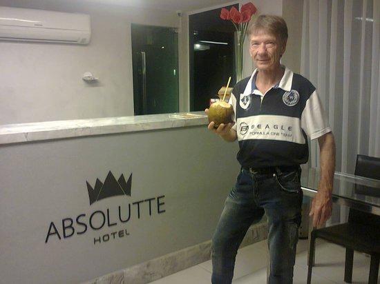 Absolutte Hotel : meu amigo halinsky tomando agua de coco no saguao do hotel
