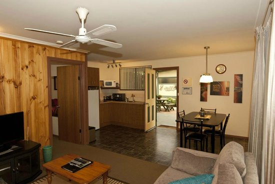 Ficifolia Lodge Kangaroo Island: Dine in or go out for dining - excellent facilities