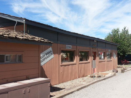 Canyon Motel & RV Park: Pool was located inside of this bldg