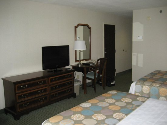 Gorges Grant Hotel: Desk/TV area