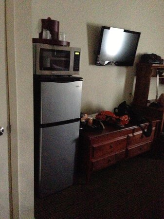 O'Cairns Inn & Suites: MICROWAVE ON TOP OF REFRIG