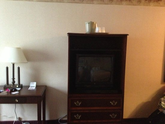 Fireside Inn & Suites Portland : TV area/Desk