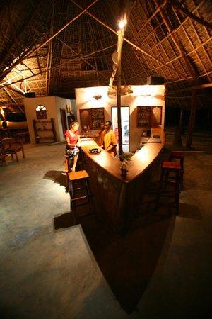 Karamba Restaurant: Bar at night