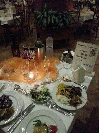 Aldiana Cyprus : το στολισμένο τραπέζι στο dinner γιατι ειχα τα γενέθλια μου και μερικα απο τα φαγητά που βάλαμε
