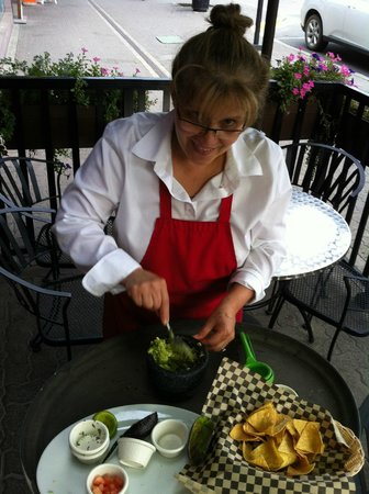 Quilas Mexican Restaurant: Quila's owner prepares fresh guacamole at your table
