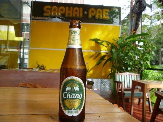 Saphaipae Hostel : Enjoying a beer in the outside bar/restaurant area
