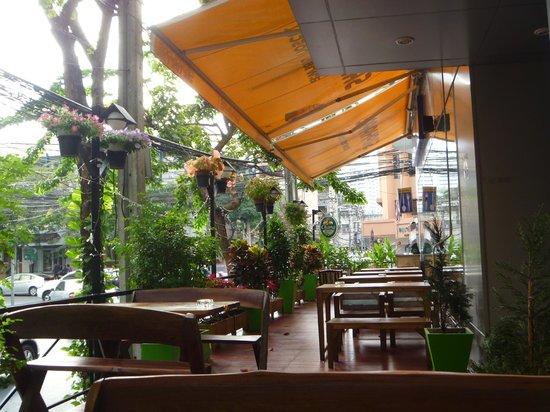 Saphaipae Hostel : outdoor bar/restaurant area