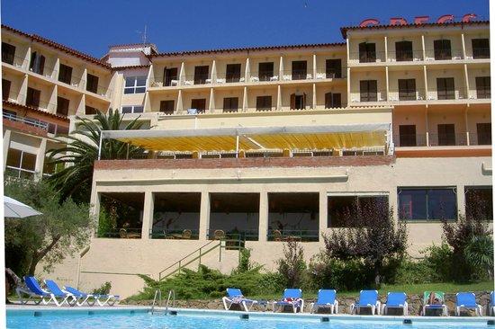 Grecs Hotel: Hôtel vu de la piscine.