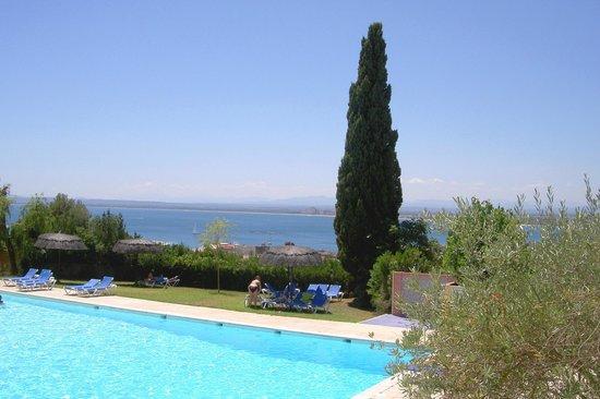 Grecs Hotel: Baie de Rosas et piscine vues de la chambre.
