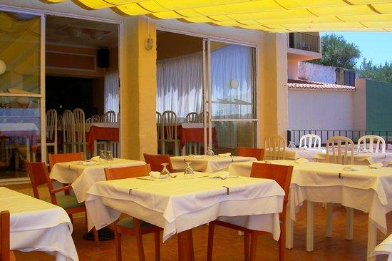 Grecs Hotel: Restaurant disposant d'une très belle terrasse avec vue sur la baie de Rosas.