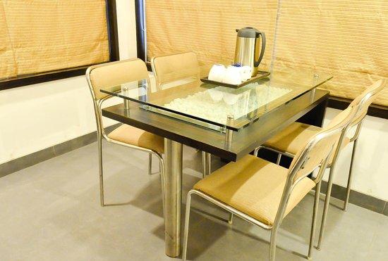 Hotel Rama Krishna: Apartment Dining Table