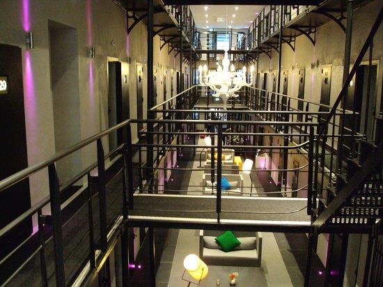 Het Arresthuis : de gang met de verschillende cellen!