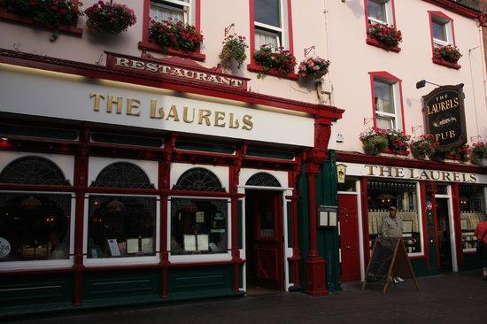 The Laurels Pub: Façade.