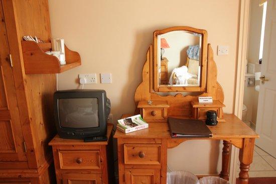 The Moorings Guesthouse : Meubles rustiques et TV minuscule.
