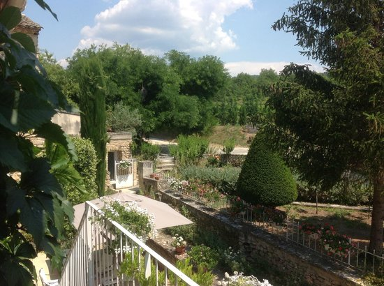 Au pied du Luberon: View of part of the grounds... so serene and the odors so perfect