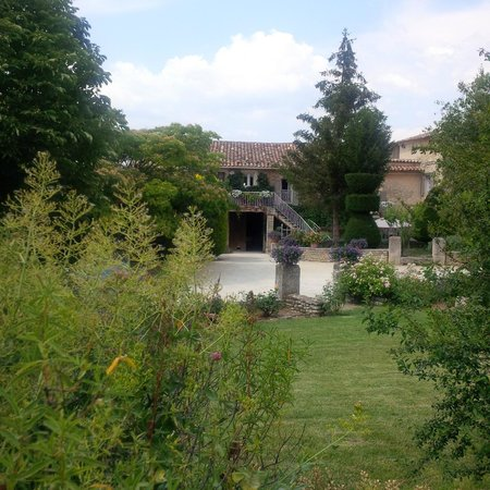 Au pied du Luberon : A view of the grounds and one of the villas