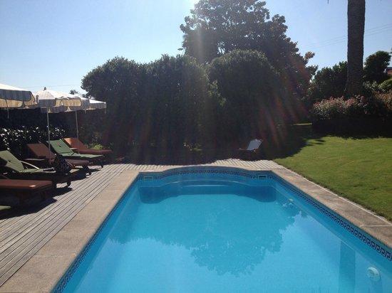 Hotel Casa de Castro: Vista piscina y jardin.