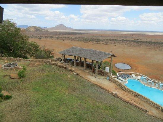 Voi Safari Lodge: Blick über Pool und Bar