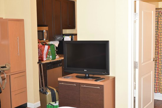 TownePlace Suites Farmington: Living room and kitchen