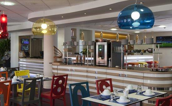 Kyriad La Rochelle Centre- Les Minimes : Salon petit déjeuner et bar hôtel Kyriad