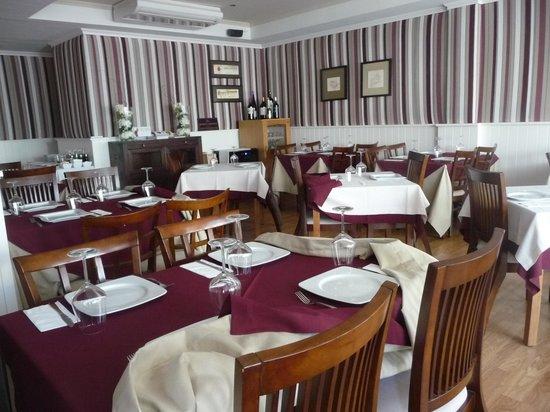 555 Wine & Tapas Restaurant: La sala interna