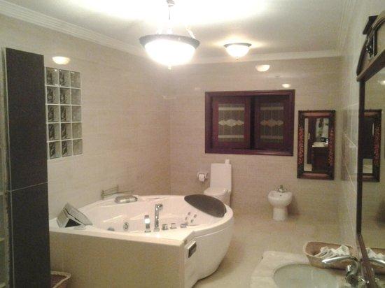 Le Bonheur Villa: Bathroom
