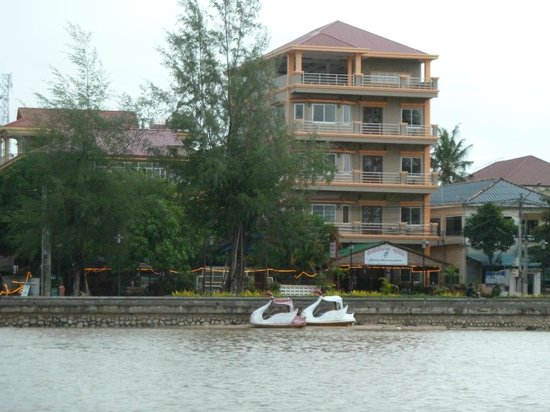 Kampot Riverside Hotel: Hotel from the river