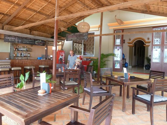 Kampot Riverside Hotel: Breakfast and sunset bar area