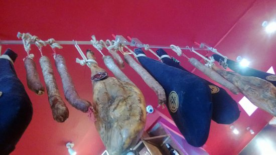 Cambio de Tercio: Ham hanging from the ceiling in the adjacent bar