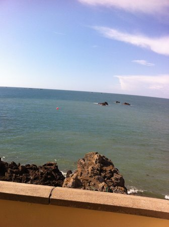 Fort d'Auvergne Hotel: View from the balcony - tide in