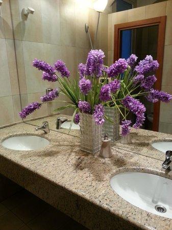 Hotel Terminal: bella l'idea dei fiori nel bagno... anche se veri sarebbero stati meglio