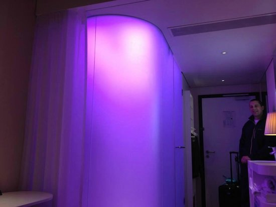 citizenM London Bankside: The shower capsule with changing color lights