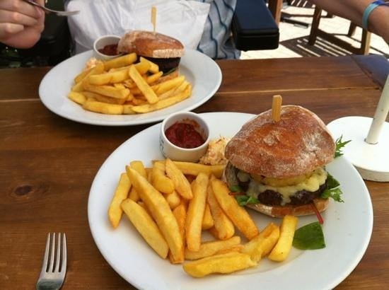 The Manor House Inn: Burgers at The Manor