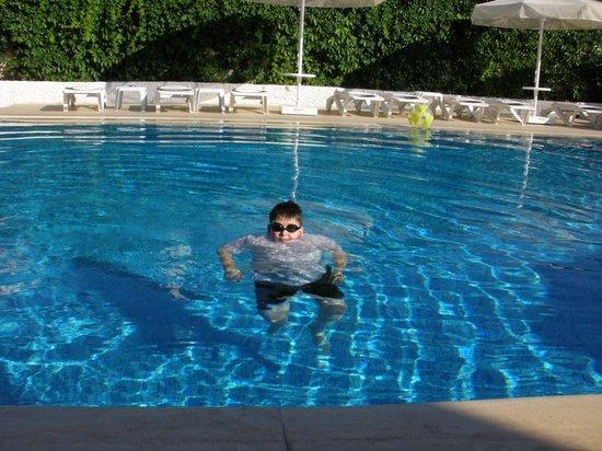 Uysal Apart: Clear blue pool