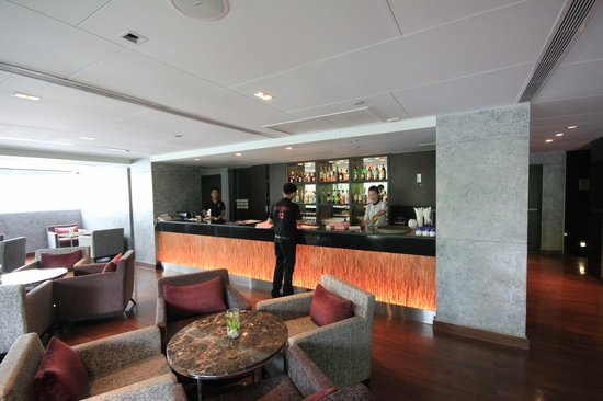 Sukhumvit 12 Bangkok Hotel & Suites: Bar und Restaurant