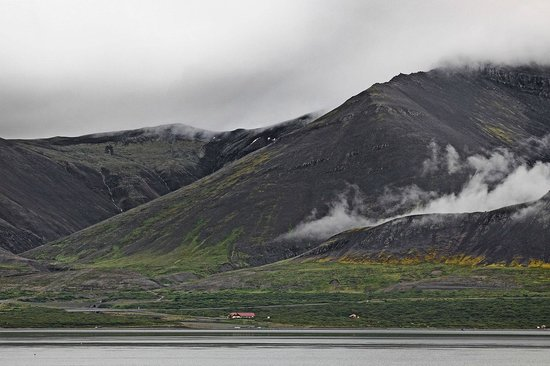 Hotel Hafnarfjall : Einzigartige Lage zwischen Bucht und Bergen