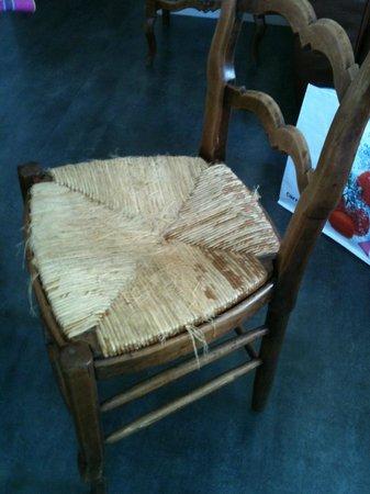 Gite Les Girelles: état des chaises: resolu par présence de galettes...