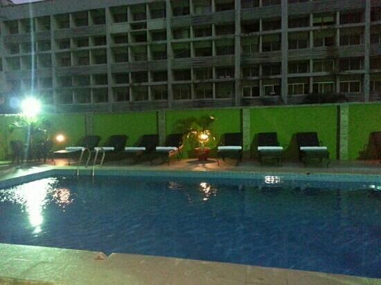 De Renaissance Hotel: Pool view at night