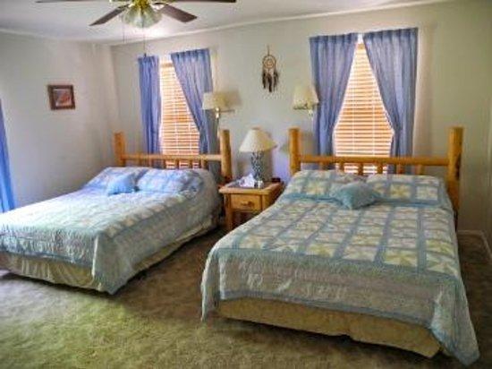 Desert Hills Bed and Breakfast: Sunrise Room