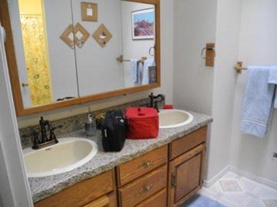 Desert Hills Bed and Breakfast: Bathroom