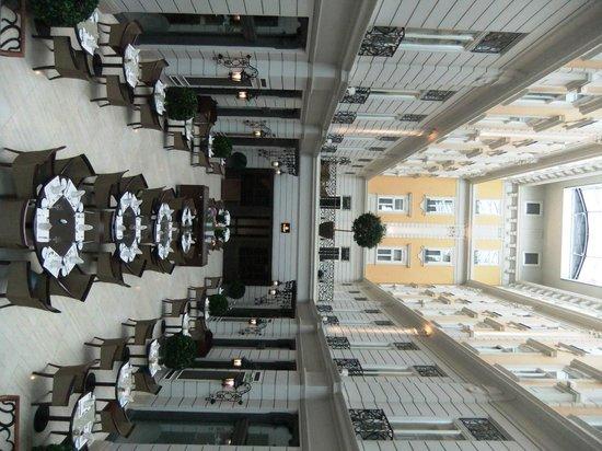 Corinthia Hotel Budapest: Breakfast in the atrium