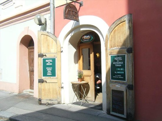 Hotel 100: Hotel Entrance
