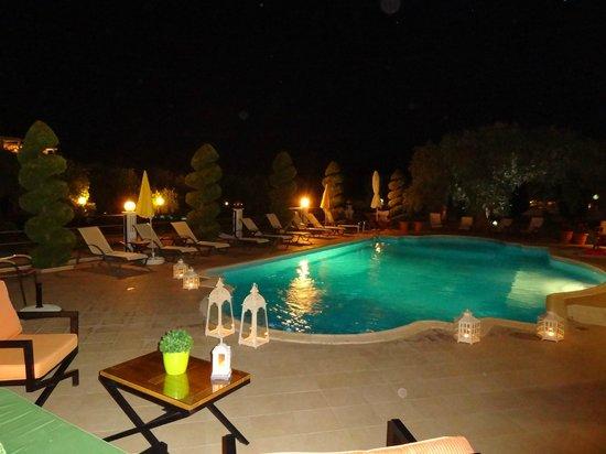 Maryan: Pool bei Nacht