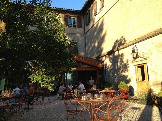 Hotel-restaurant Le Prieure: La terrasse, est vue sur le paysage auvergnat