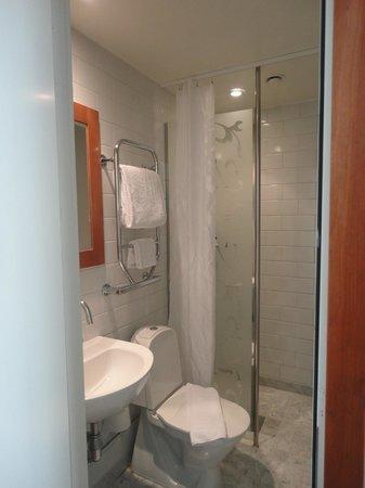 Mornington Hotel Stockholm City: Single room bathroom