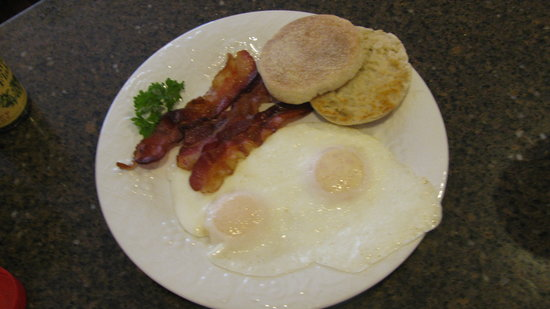 Bartlett Inn: Yummy Hot Breakfast FREE
